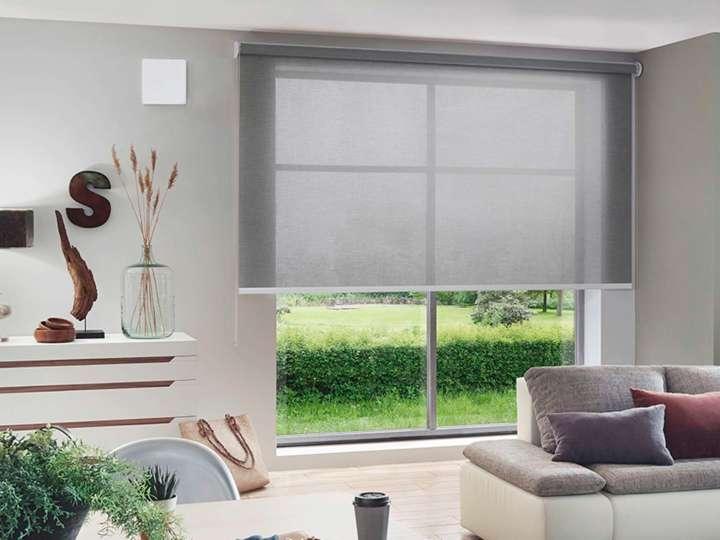 Eine moderne Lüftungseinheit in einem Wohnzimmer