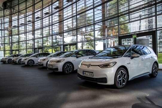 100 ID.3 Fahrzeuge machen sich auf den Weg zu den deutschen Autohändlern.