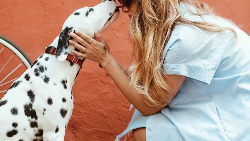 Frau mit Hund BY trd PRESS