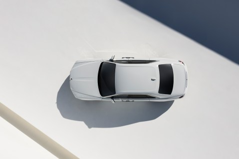 Ein weisser Rolls Royce von oben.