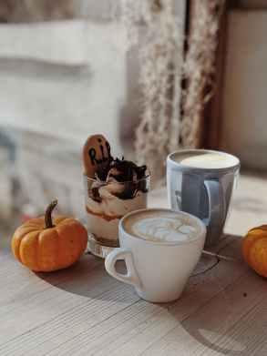 Tisch mit Kaffee und Kürbis gedeckt