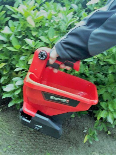 Auch im Herbst soll das Düngen und Nachsäen nach dem Vertitutieren ein gutes Mittel zur Rasenpflege sein.
