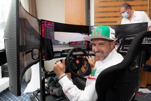 - Rennfahrer Tiago Monteiro legt eine Nordschleifen-Bestzeit am Simulator vor. © Thorsten Weigl / Honda / TRD mobil