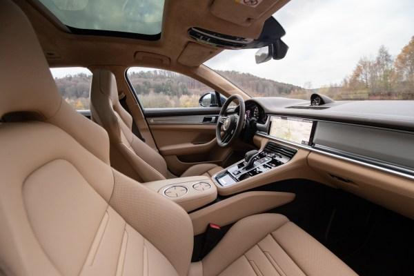 Wie ein feines Wohnzimmer: Der Innenraum des Panamera schmückt sich mit edlen Materialen wie Leder, Lack und Holz. © Porsche / TRD mobil