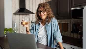 Beim Geschlechter-Vergleich zeigt sich, dass Mädchen und junge Frauen etwas häufiger von Störungen oder problematischer Internet-Nutzung betroffen sind als Jungen und junge Männer. Photo by Matilda Wormwood on Pexels.com