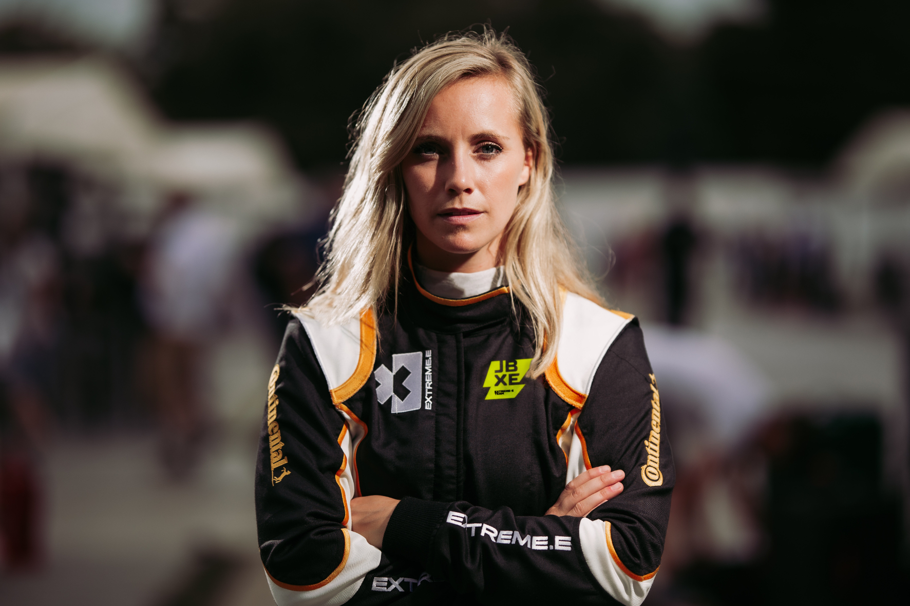 Die schwedische Rennfahrerin Mikaela Ahlin-Kottulinsky gibt extrem Gummi