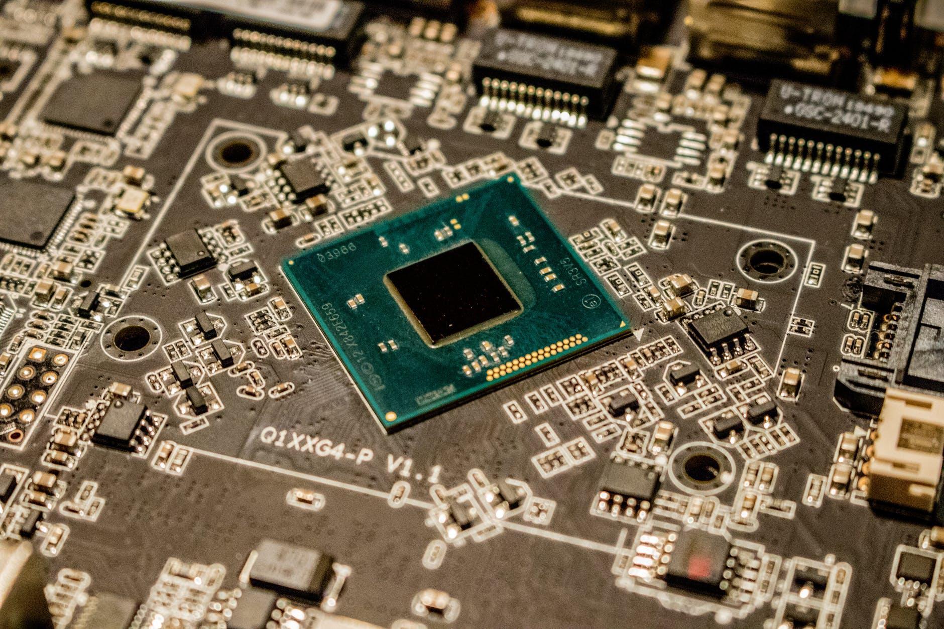 Halbleiter-Chip-Mangel bremst die Automobilindustrie aus