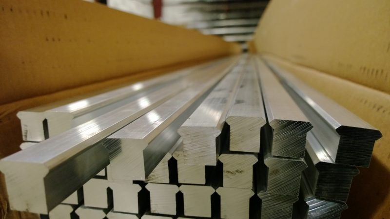 Rails indépendants Picatinny avant usinage : donne une idée de la masse de matière présente et du coût de production (Image Alcobra Metals).
