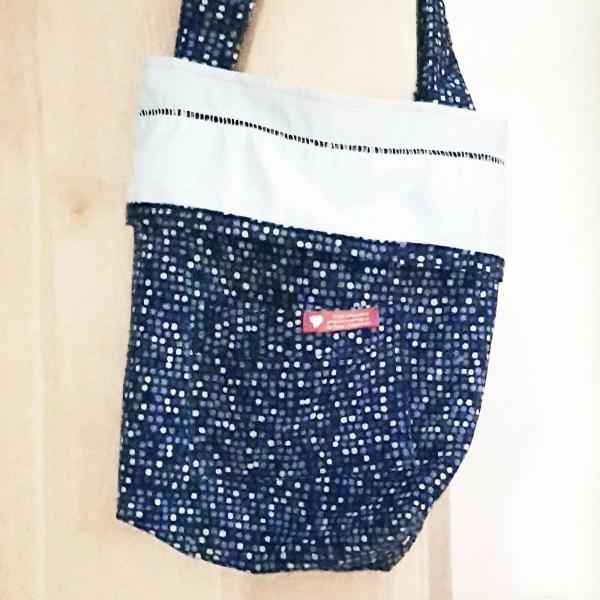 Einkaufstasche mit blauen Punkten