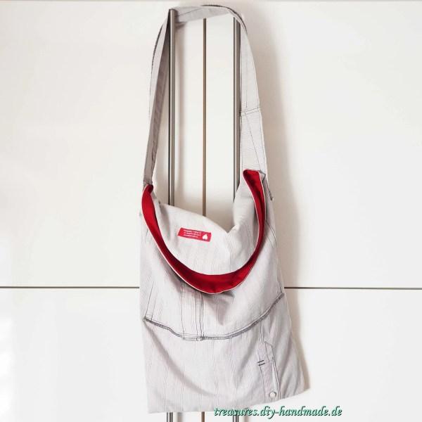graukarierte Tasche mit rotem Innenfutter