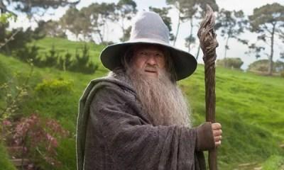 O ator Ian McKellen, irá reviver o icônico personagem Gandalf, de O Senhor dos Anéis agora no teatro. A peça se chama Shakespeare, Tolkien, Others & You.