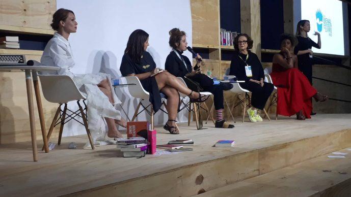 "Bienal 2019 trouxe importante debate sobre escrita feminista partindo da performance feita por Mariana Ximenes de ""O Anjo do Lar"" de Virginia Woolf. Veja!"