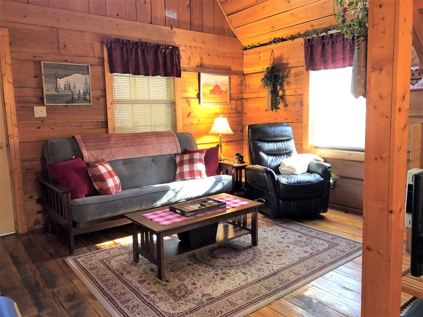 Cupid's Cove Cabin Tree House Rental in Tennessee