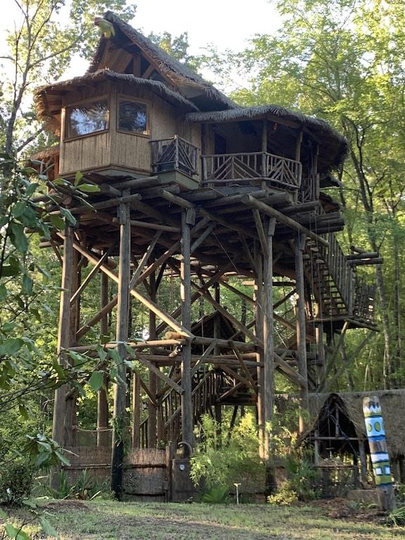 Toucan Treehouse Rental in Arkansas