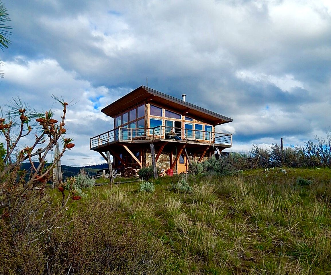 Unique Luxury Cabin Treehouse in Montana