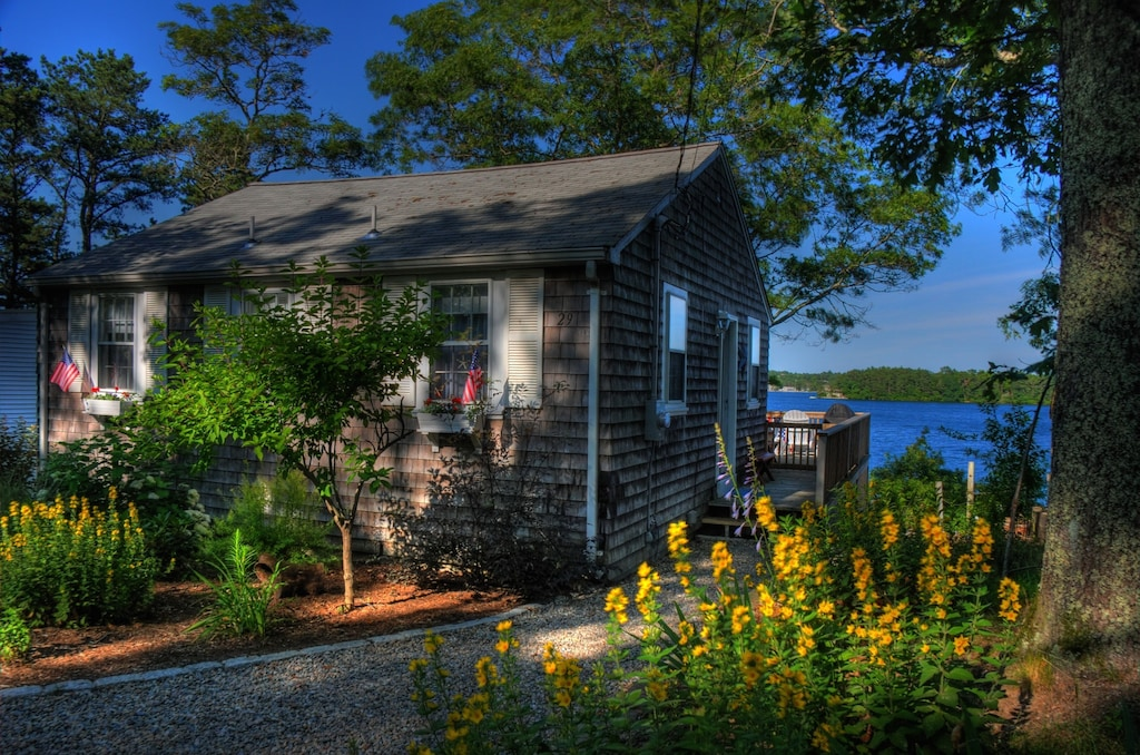 Waterfront Cottage on Private Lake
