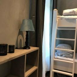 Våningssäng i stora sovrum med dubbelsäng