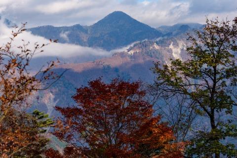 三百名山 黒法師岳と紅葉
