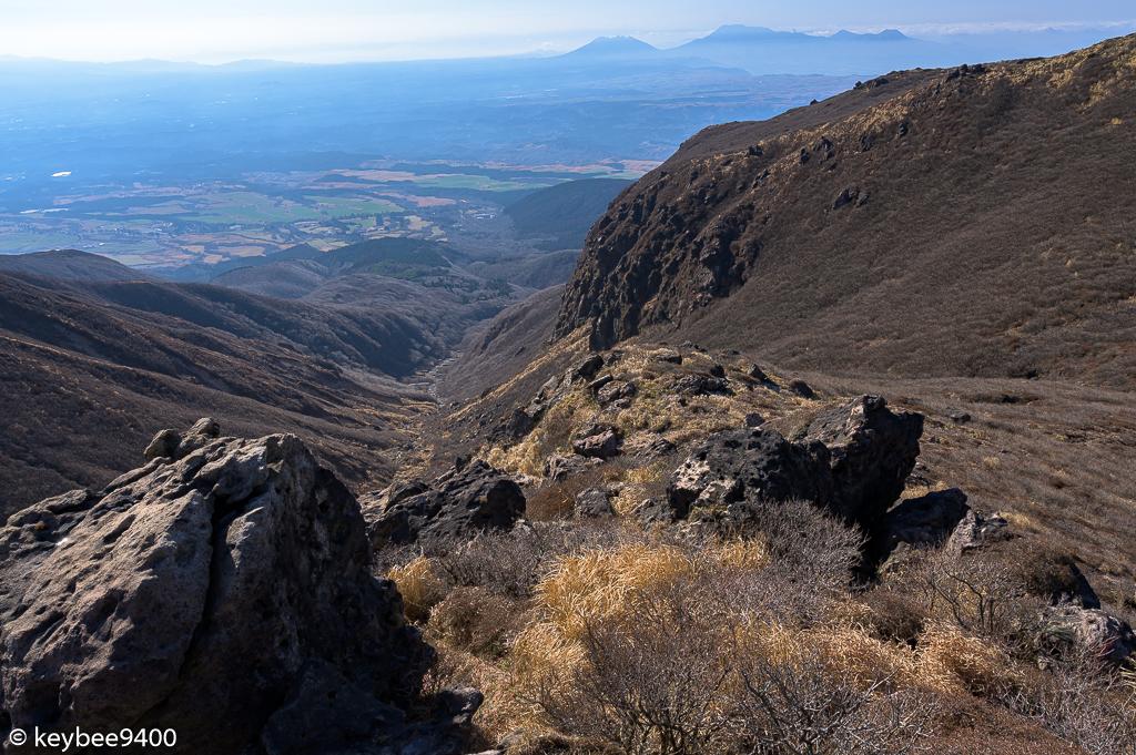 岩場から阿蘇山を望む