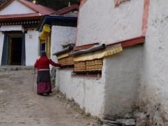 Vieja mujer sherpa de dirigirse a Tengboche