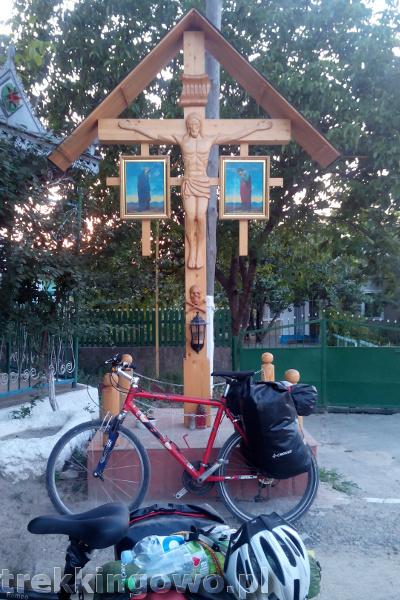 Mołdawia - Dzień 5 krzyż przydrożny trupia czaszka trekkingowo