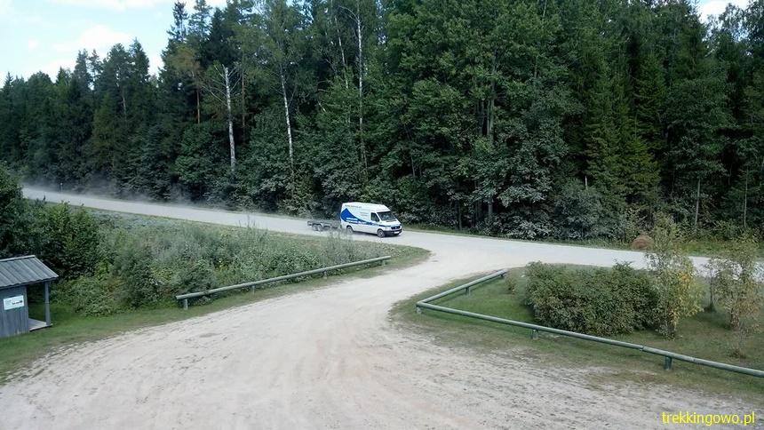 auto na szutrze