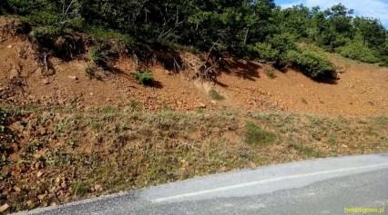 tak wygląda gleba w górach Albanii - sucha jak pieprz