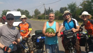 Węgry 2014 - zatrzymał nas sprzedawca arbuzów, który po prostu podarował nam wielki owoc! :)