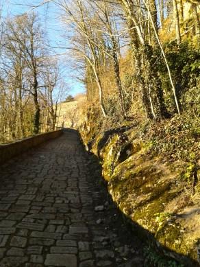 Strada lastricata che dalla Beccia sale verso il Santuario