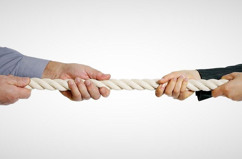 Dos persones estirant d'una corda