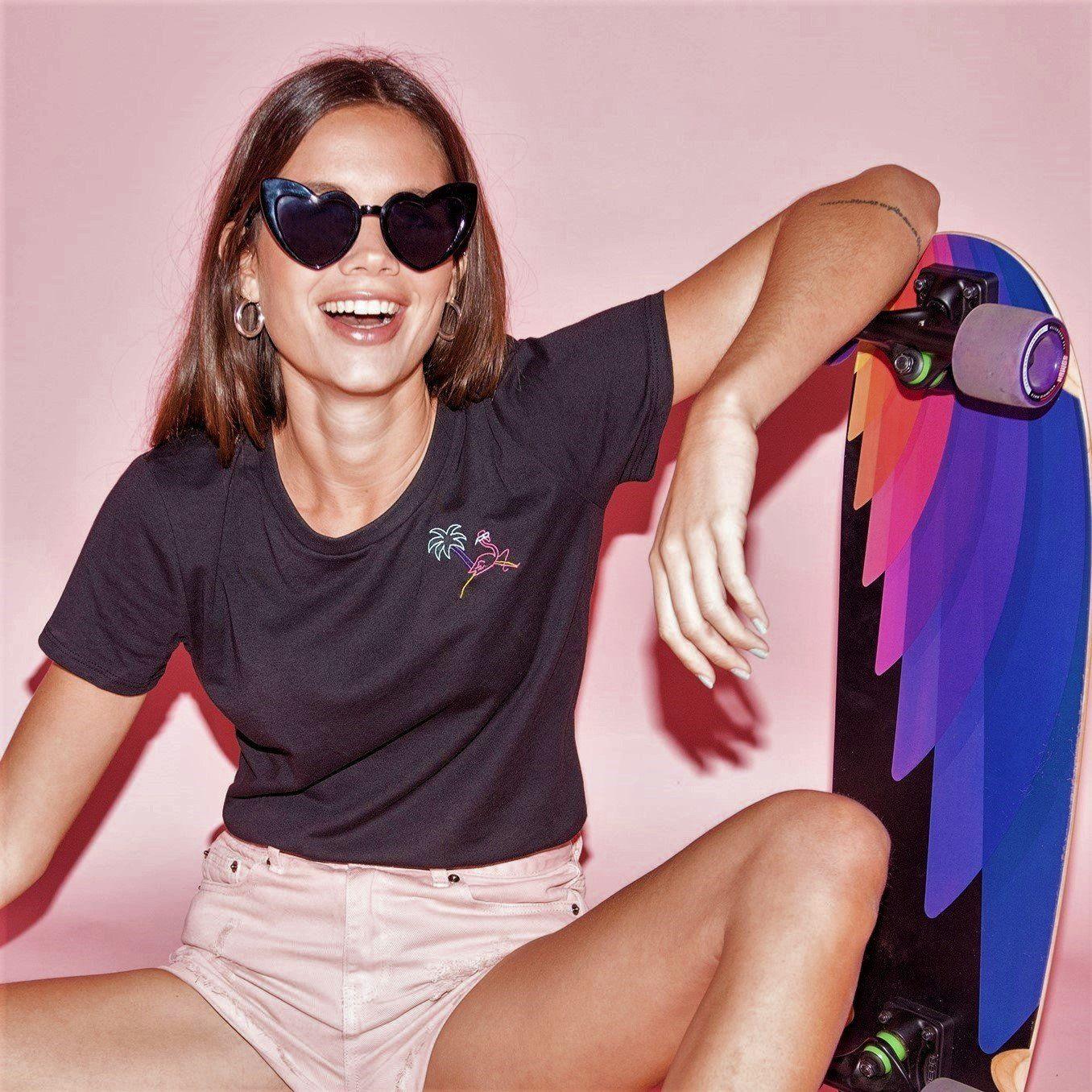 🦩 Retro Flamingo Black T-Shirt - Woman | Glows in the dark - SMALL / BLACK