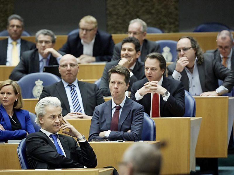 DEN HAAG - De PVV-fractie met achter de eenmansfracties Louis Bontes (R) en Roland van Vliet (3eR) tijdens het vragenuurtje in de Tweede Kamer. De Kamer vergadert gewoon door op de tweede en laatste dag van de Nuclear Security Summit. ANP MARTIJN BEEKMAN