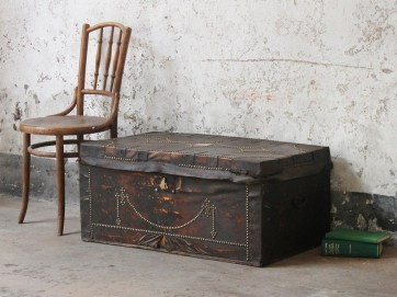 Ideas To Decorate Your House With Vintage Chests And Trunks 24
