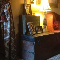 Ideas To Decorate Your House With Vintage Chests And Trunks 27