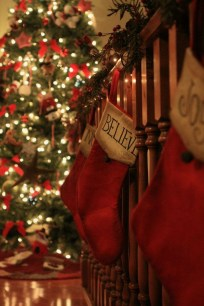 Lovely Red And Green Christmas Home Decor Ideas 28