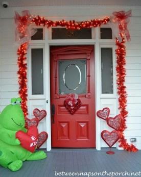 Unique Outdoor Valentine Decor Ideas 23