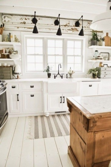 Fabulous White Farmhouse Design Ideas 08