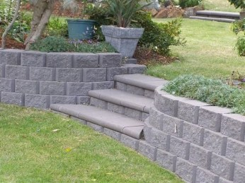 Gorgeous Front Yard Retaining Wall Ideas For Front House 07