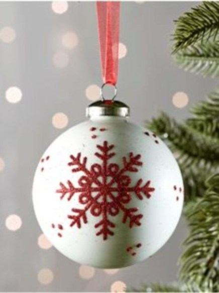 Best Home Decoration Ideas With Snowflakes And Baubles 49
