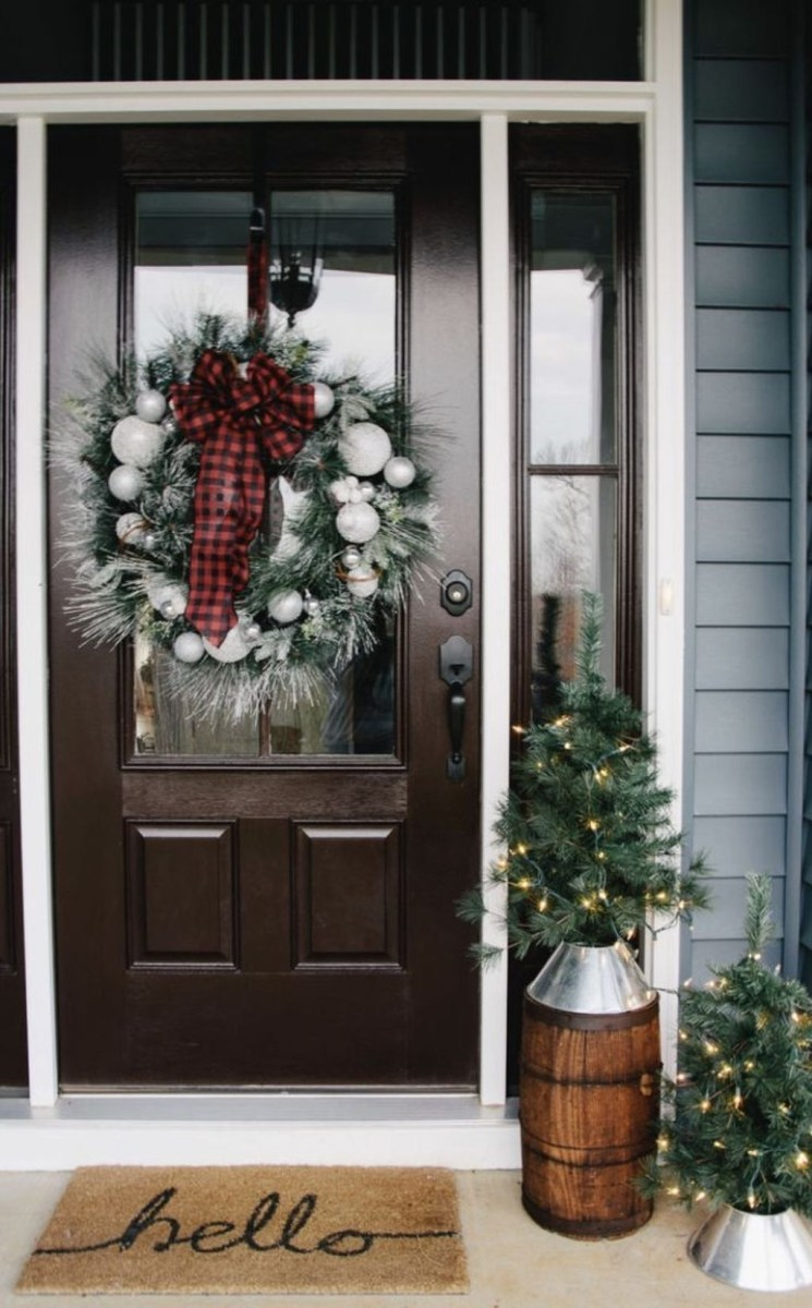 Adorable Front Door Christmas Decoration Ideas That Trend This Year 01