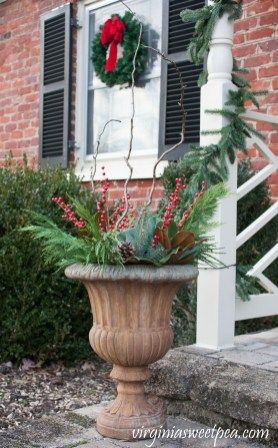 Adorable Front Door Christmas Decoration Ideas That Trend This Year 13