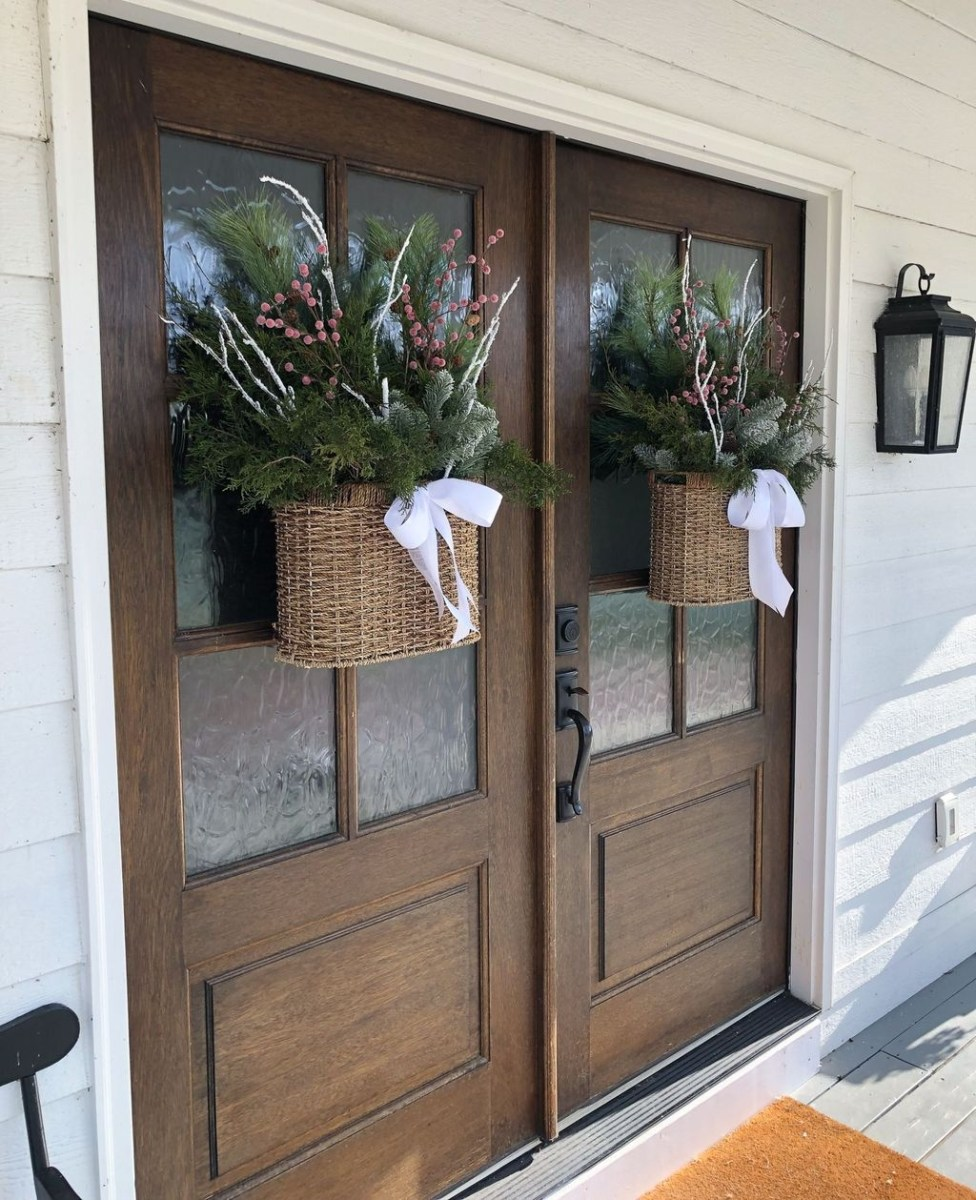 Adorable Front Door Christmas Decoration Ideas That Trend This Year 40