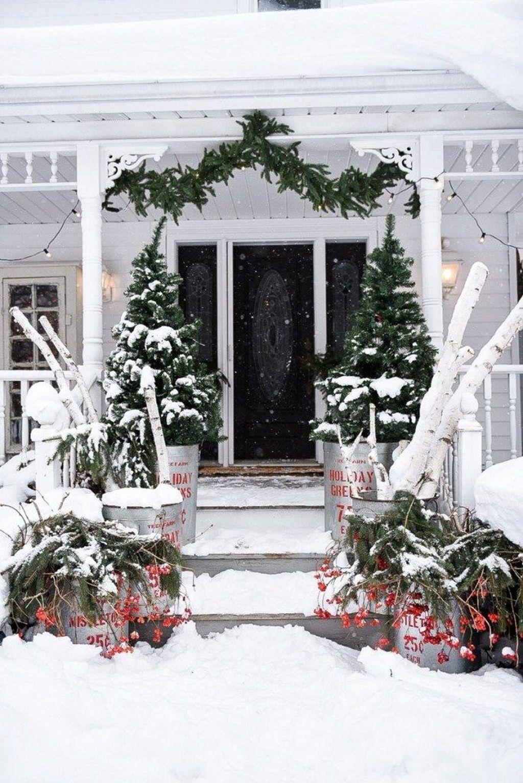 Awesome Christmas Farmhouse Porch Décor Ideas 13
