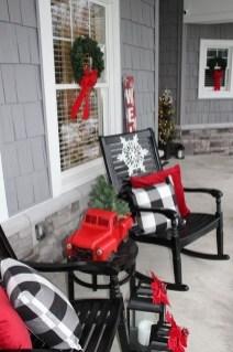 Awesome Christmas Farmhouse Porch Décor Ideas 21