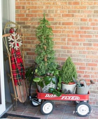 Awesome Christmas Farmhouse Porch Décor Ideas 26