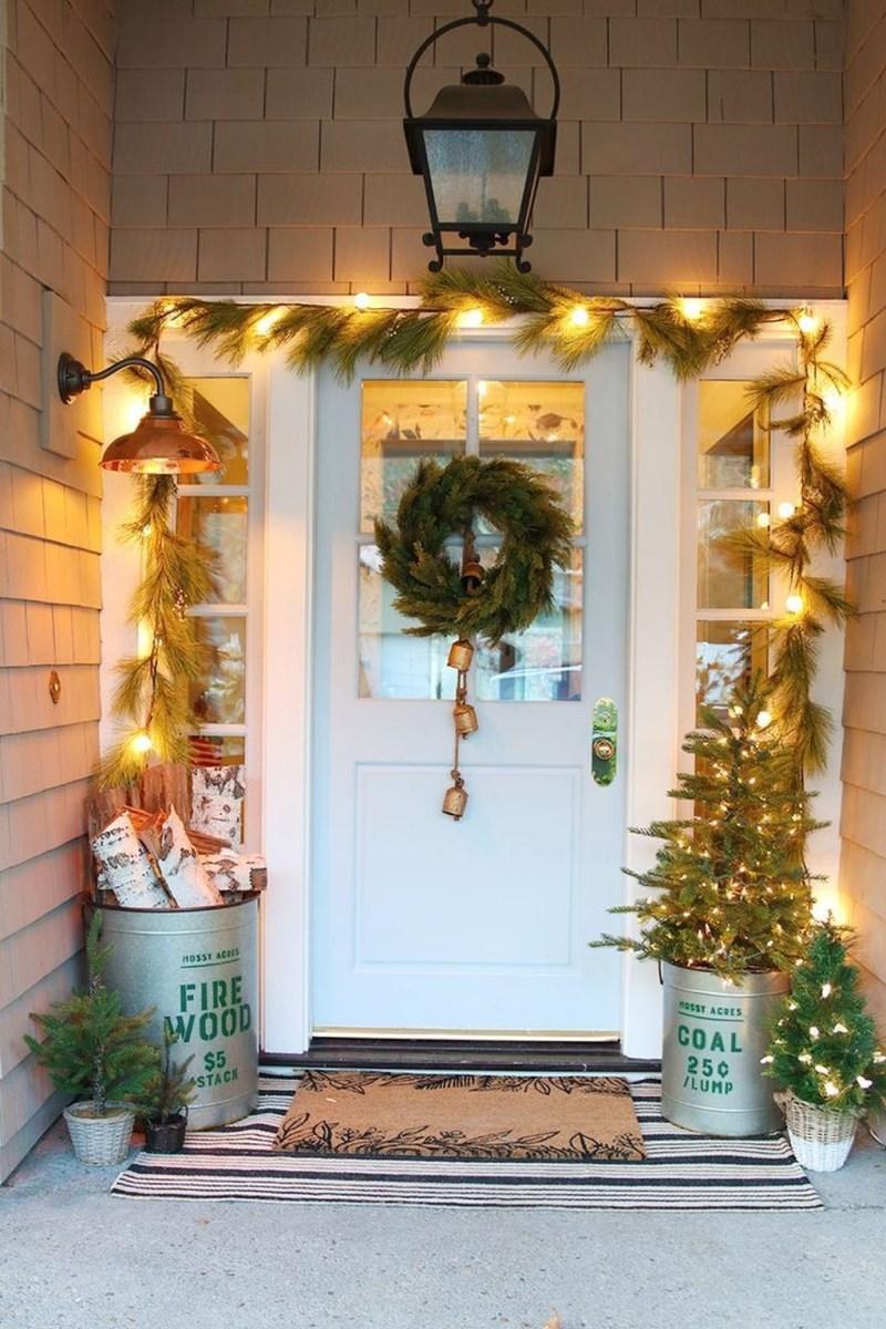 Awesome Christmas Farmhouse Porch Décor Ideas 35