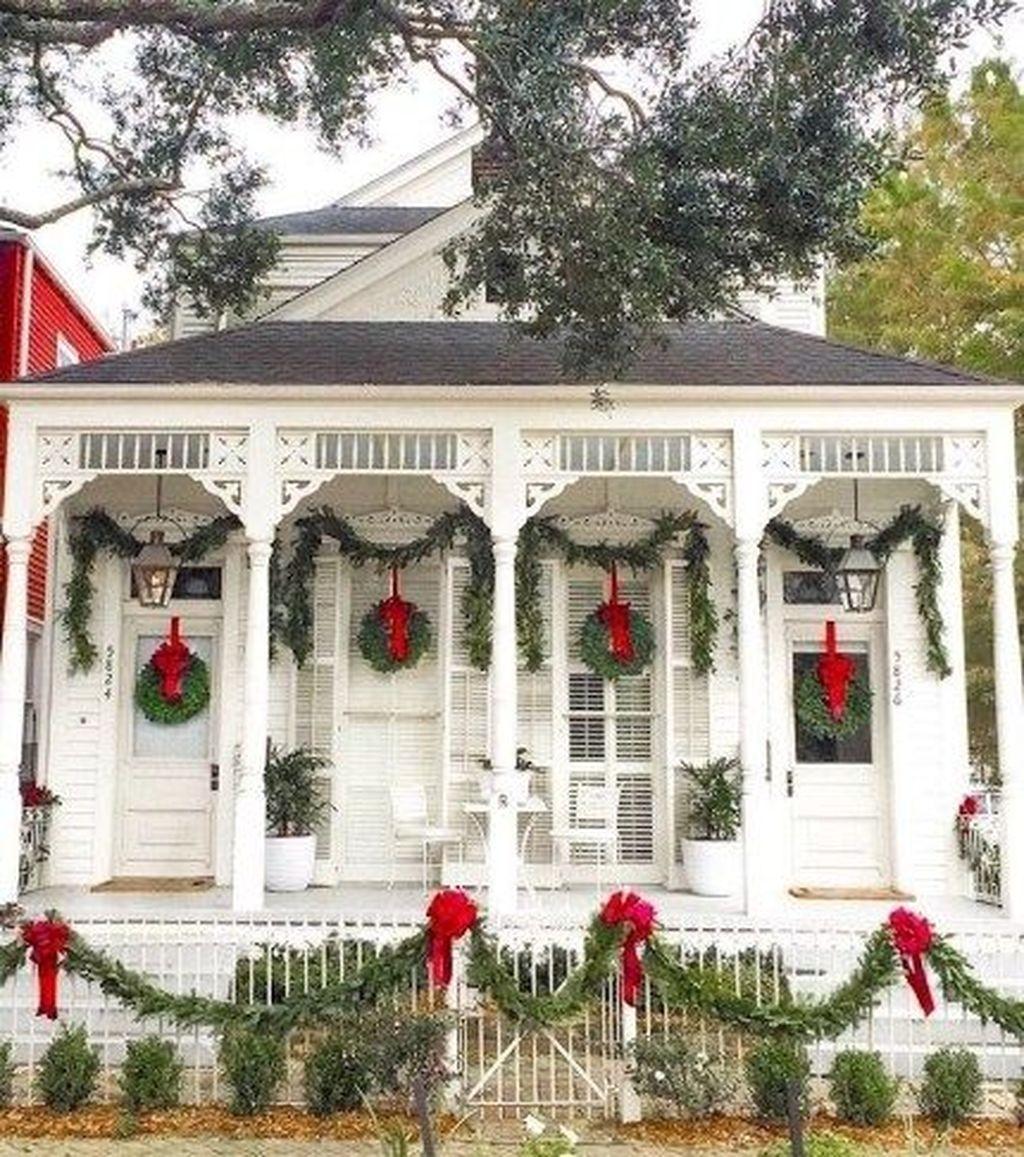 Awesome Christmas Farmhouse Porch Décor Ideas 37