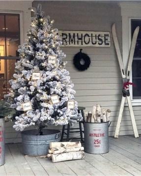 Awesome Christmas Farmhouse Porch Décor Ideas 41