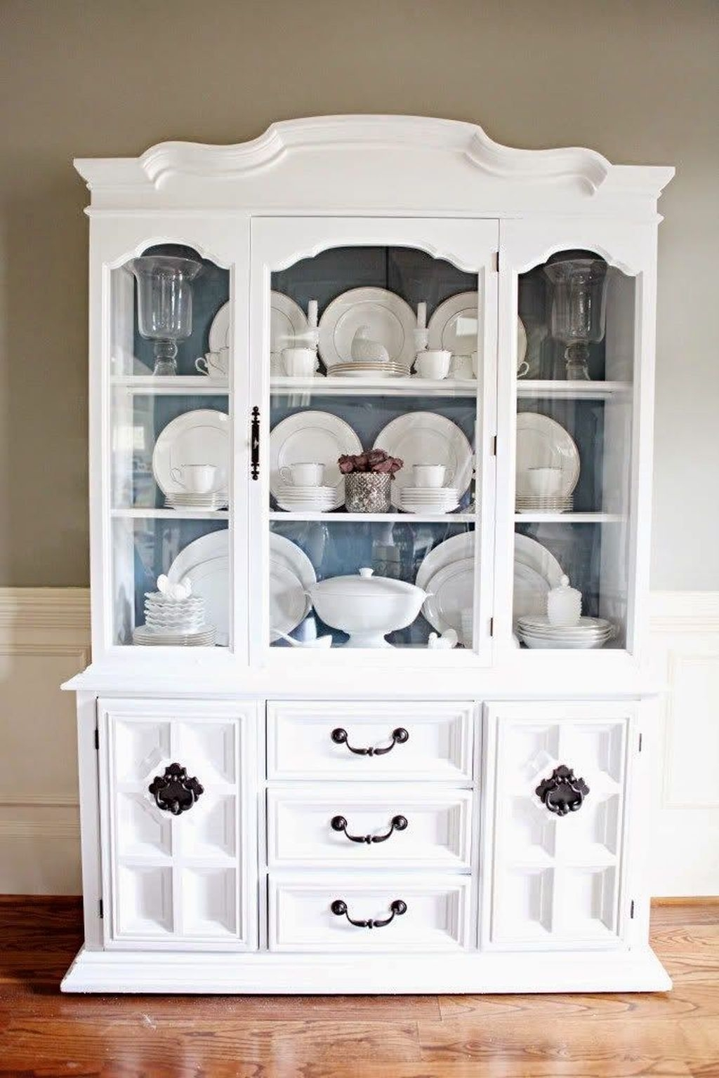 Gorgeous Dining Room Hutch Décor Ideas23