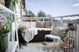 Creative And Simple Fall Balcony Décor Ideas For Small Apartment35
